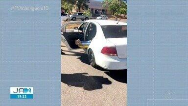 Por falta de ambulâncias, motociclista é socorrida em carro após acidente - Por falta de ambulâncias, motociclista é socorrida em carro após acidente