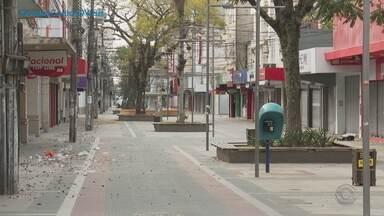 Justiça impede que Pelotas proíba circulação de pessoas e veículos em lockdown - Pedido foi feito pelo Ministério Público, que entende que ações que atingem o direito do cidadão de ir e vir são inconstitucionais. Lockdown na cidade está mantido até às 12h de terça-feira (11).