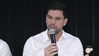 MP denuncia prefeito de Ourinhos por compra de usina móvel de asfalto - Segundo os procuradores, Lucas Pocay (PSD) e outros funcionários da prefeitura cometeram atos de improbidade e devem ressarcir o município em R$ 296 mil.