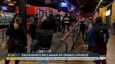Passageiros reclamam de ônibus lotados em Curitiba - Urbs diz que opera com 70% da frota, mas que ônibus reservas podem ser acionados.