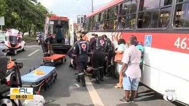 Motociclista fica ferida após ser atropelada por ônibus na Av. Fernandes Lima - Ela foi levada para o Hospital Geral do Estado.