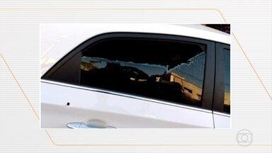 Idosos têm o carro metralhado ao entrar por engano em favela do Rio - Caso aconteceu em São Gonçalo, na Região Metropolitana, e dois homens e uma mulher que estavam no veículo, foram atingidos pelos tiros. Eles foram socorridos e estão fora de perigo.