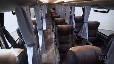 Empresa cria ônibus adaptado para prevenir o contágio do coronavírus - Os bancos foram divididos em três fileiras, e estão separados por cortinas. O ônibus, que faz viagens longas, também conta com limpeza automática nos banheiros com luz ultravioleta.