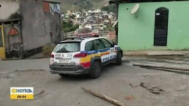 Homem é baleado durante discussão em rua de Caratinga - Suspeito dos disparos é um adolescente, de 17 anos, que fugiu após o crime.