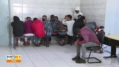 12 pessoas são presas em Ribeirão das Neves - Polícia encontrou droga escondida em campo de futebol.