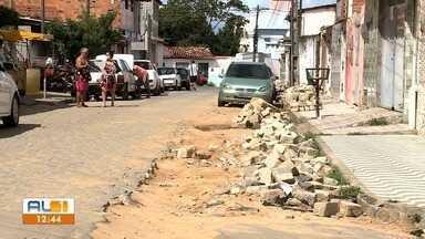 Moradores pedem solução para uma rua cheia de buracos no bairro do Jacintinho - AL1 mostrou o problema é um dos bairros mais populosos da capital.