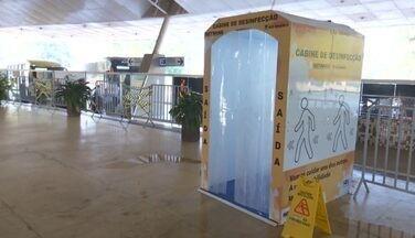 Passageiros que chegam à rodoviária passam por cabine de desinfecção - Passageiros que chegam à rodoviária passam por cabine de desinfecção