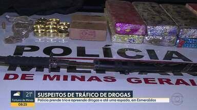 Polícia prende trio e apreende drogas e até uma espada, em Esmeraldas - Segundo a polícia, arma era usada para torturar rivais.