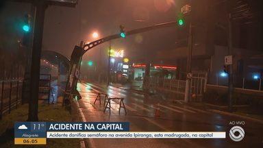 Acidente danifica semáforo na Avenida Ipiranga, em Porto Alegre - Parte da via foi isolada. EPTC não soube informar o que aconteceu.