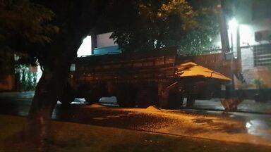 PM de Cianorte descobre assalto depois de acidente - O caminhão carregado de milho que bateu em uma árvore foi roubado de uma propriedade rural junto com outros objetos.