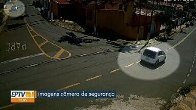 Dois homens armados roubam carro em plena luz do dia, em Campinas - O crime aconteceu na região do Taquaral, na quarta-feira (12), e foi registrado pelas câmeras de segurança.