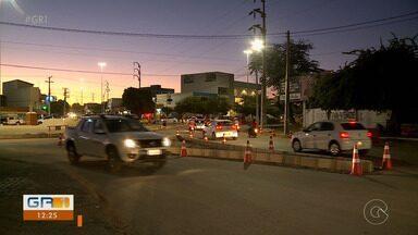 Pedestres redobram atenção durante construção de rotatória em Petrolina - Petrolina tem 11 rotatórias e outras estão sendo construídas
