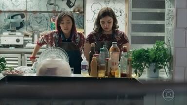 Keyla e Tina prometem não conhecer mais nenhum garoto - As amigas conversam enquanto lavam a louça