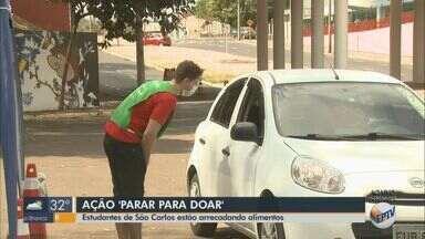 Estudantes de São Carlos realizam feira para ajudar autônomos do transporte escolar - Grupo vende diversos produtos até as 18h próximo à rodoviária da cidade.