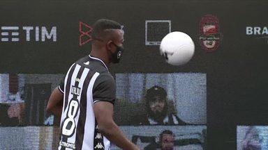 Atacante marfinense Kalou se apresenta ao Botafogo - Atacante marfinense Kalou se apresenta ao Botafogo