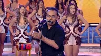 Se Vira Nos 30: Pato Louco se apresenta no palco do Domingão - Ele diverte a plateia