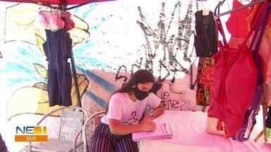 Estudante de medicina concilia trabalho e estudo e vende roupas em Olinda - Elisa Felipe vendia marmitas, mas negócio recuou durante a pandemia e, por isso, jovem investiu em espaço montado na rua.