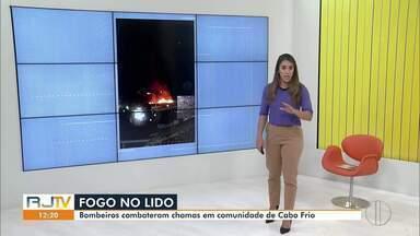 Incêndio atinge comunidade do Lido, na Praia do Forte, em Cabo Frio - Fogo atingiu área de 100 metros quadrados.