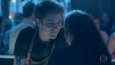Charles insiste em levar Débora para casa - Débora percebe o interesse do rapaz e fica animada