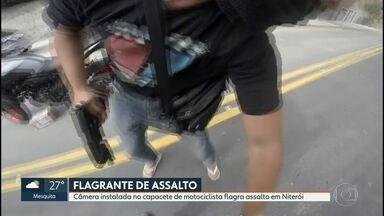 Câmera instalada no capacete de motociclista flagra assalto em Niterói - Uma câmera instalada no capacete de motociclista flagrou o momento em que criminosos assaltaram o próprio dono da moto.