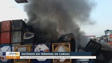 Incêndio de grandes proporções atinge contêineres em porto na Zona Sul de Manaus - Viaturas do Corpo de Bombeiros foram enviadas ao local. Um raio teria atingido um contêiner e iniciado o incêndio no local, conforme bombeiros.