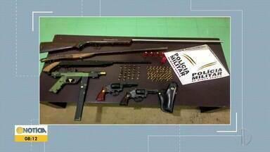 Seis armas de fogo são apreendidas no bairro Esplanada, em Timóteo - Ação da Polícia Militar visa coibir crimes violentos na região, onde há registro de guerra entre gangues. Um homem foi preso.