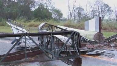 Chuva provoca estragos no norte pioneiro do Paraná - Moradores de Bandeirantes sofreram com o vento forte que fez vários estragos na cidade