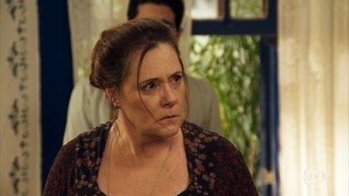 Cunegundes se enfurece com Filó e expulsa Candinho da fazenda - Candinho deixa um dinheiro com a amada antes de partir