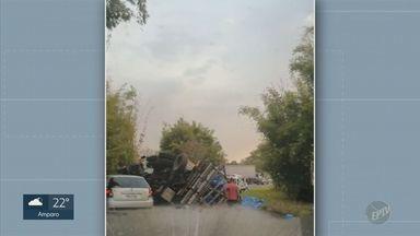 Caminhão tomba e interdita trecho da SP-147, em Socorro - Acidente ocorreu na altura do km 4. Não há registro de feridos.