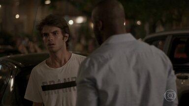 Fabinho bate o carro e perde Sofia de vista - Cassandra ouve a confusão na rua e tenta acalmar Fabinho. Cassandra diz que o Bairro de Fátima é mal assombrado