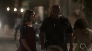 Florisval pergunta a Janaína se ela gosta de Wesley - Rosângela elogia a menina e incentiva o filho