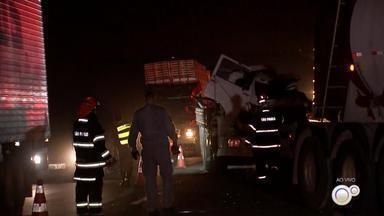 Engavetamento entre três caminhões deixa feridos em rodovia de Olímpia - Um engavetamento envolvendo três caminhões deixou dois motoristas feridos na Rodovia Assis Chateaubriand, em Olímpia (SP), na tarde desta quarta-feira (19).