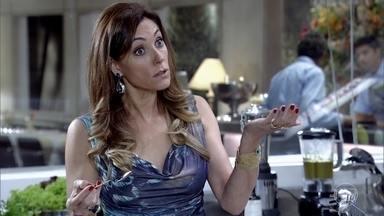 Tereza Cristina faz fofoca a René - Mesmo contrariado, o chef toma conhecimento das novidades