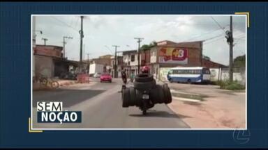 Quadro 'Sem Noção' flagra motociclista carregando pneus irregularmente - Quadro 'Sem Noção' flagra motociclista carregando pneus irregularmente