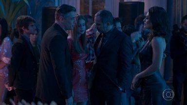 Arthur parabeniza Carolina pelo cargo de diretora - Eliza diz que não torce por ela, mas prefere não discutir e decide ir embora