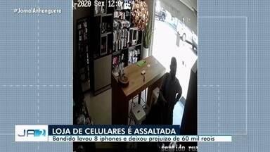 Loja de celulares tem R$ 60 mil de prejuízo ao assaltante roubar oito iPhones - Ação foi flagrada por câmeras de monitoramento.