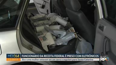 Funcionário da Receita Federal é preso com eletrônicos do Paraguai - Ele e uma mulher estavam em um carro e seguiam para Santa Catarina.