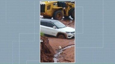 Chuva interrompe obras de extensão da Avenida Portugal em Umuarama e causa transtornos - Moradores da região reclamam do excesso de lama que desceu pra pista e deixou prejuízos. Prefeitura diz que monitora a situação.