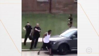Homem negro é baleado várias vezes por policiais; Wisconsin tem noite de protestos - A madrugada foi de protestos no estado americano de Wisconsin depois de mais um episódio de violência contra um homem negro. Um vídeo mostra um policial disparando sete vezes nas costas do americano Jacob Blake. Os três filhos pequenos da vítima estavam no carro no momento dos disparos.