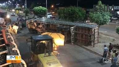 Caminhão carregado com animais tomba na BR-316 em Zé Doca - Por conta do acidente, a rodovia ficou bloqueada por algumas horas.