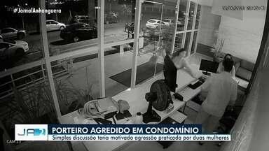 Porteiro é agredido por duas mulheres após barrar entrada delas em condomínio de Goiânia - Imagens mostram quando uma delas pega uma bolsa e bate na cabeça de Edson Soares dos Santos, de 42 anos. À polícia, elas disseram que revidaram agressão do porteiro.