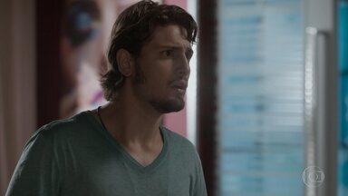 Rafael invade escritório de Germano e mostra foto enviada por Sofia - Lu diz a Carolina que o fotógrafo está passando por um momento difícil. Germano nega ter enviado a foto a Rafael