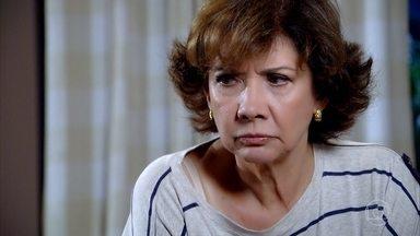 Pedro Jorge se revolta com Celina - A avó do garoto fica possessa quando Henrique conta que Danielle ligou exigindo seu direito de buscar o sobrinho. Pedro Jorge ameaça fugir se Celina não permitir que ele vá para a casa da tia