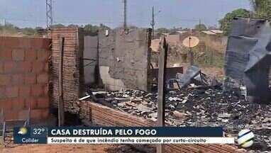 Casa é totalmente destruída por um incêndio no bairro Camping Clube em Sinop - Casa é totalmente destruída por um incêndio no bairro Camping Clube em Sinop