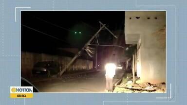 Dupla rouba carro e bate veículo em poste de energia em Inhapim - Acidente deixou parte da cidade sem luz. Bandidos escaparam.