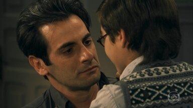 Araújo se emociona ao ver Cláudio andar - O menino visita o pai na prisão