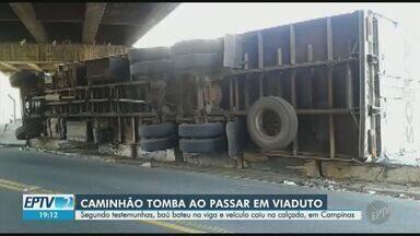 Caminhão tomba e interdita parte de rua no bairro Jardim Bela Vista, em Campinas - Segundo testemunhas, baú do veículo bateu na viga de um viaduto e caiu na calçada. Não houve feridos.