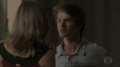 Fabinho diz que não aguenta mais desconfiança de Cassandra - A modelo explica que pretende defender o namorado da irmã, mas ele diz que não quer mais namorar