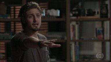 Lu e Max contêm raiva de Rafael - Ele se irrita ao ver Germano beijando Lili