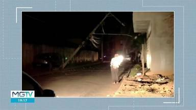 Dupla rouba carro e bate veículo em poste de energia em Inhapim - Acidente deixou parte da cidade sem luz.